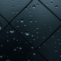 薄暗い窓と水滴の写真