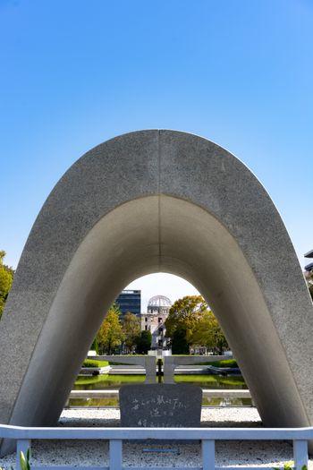 広島平和記念公園の原爆死没者慰霊碑の写真