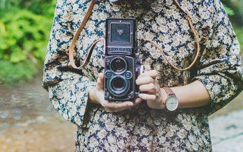 レトロなフィルムカメラを持った女性の写真
