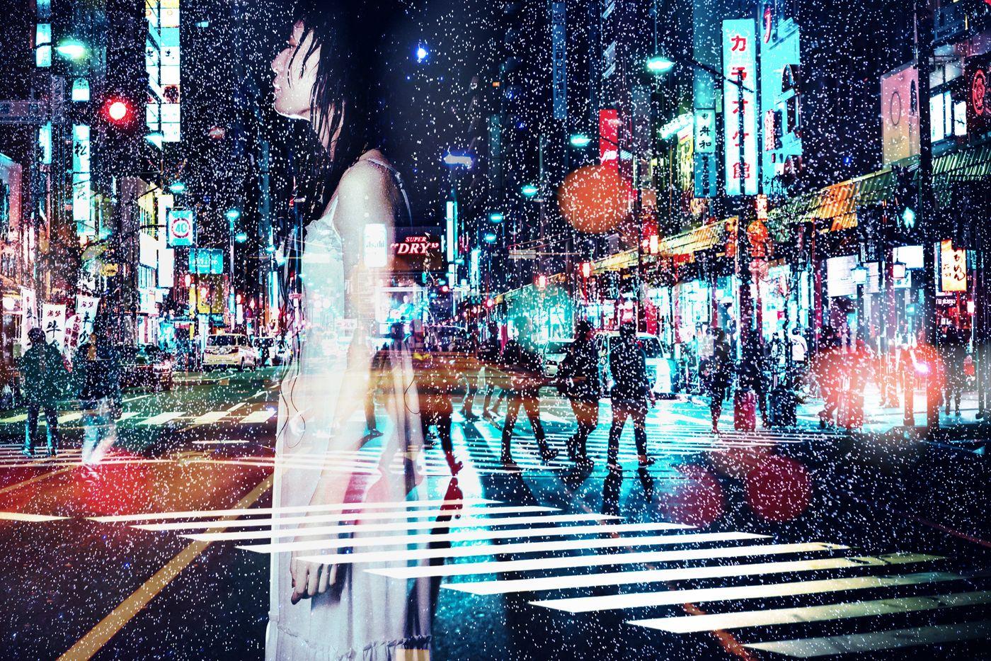 雨に打たれる女性と夜(フォトモンタージュ)の写真