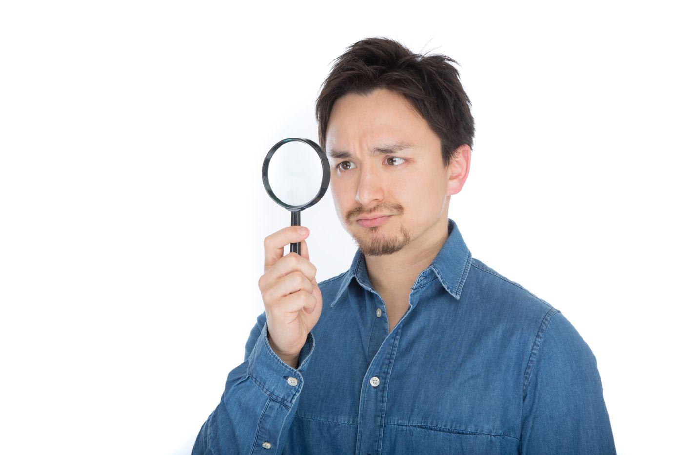 怪しい箇所をチェックするエンジニアの写真