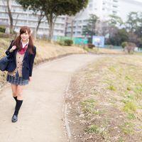 下校中の女子高生の写真
