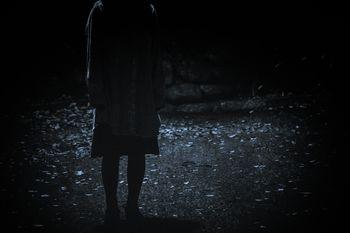 暗闇にたたずむ人の姿の写真