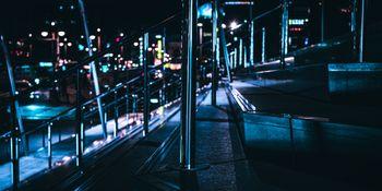 夜の階段とステンレスポールの写真