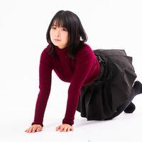 膝をついて近寄ってくる女性の写真