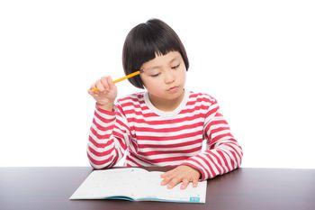 勉強する女の子の写真
