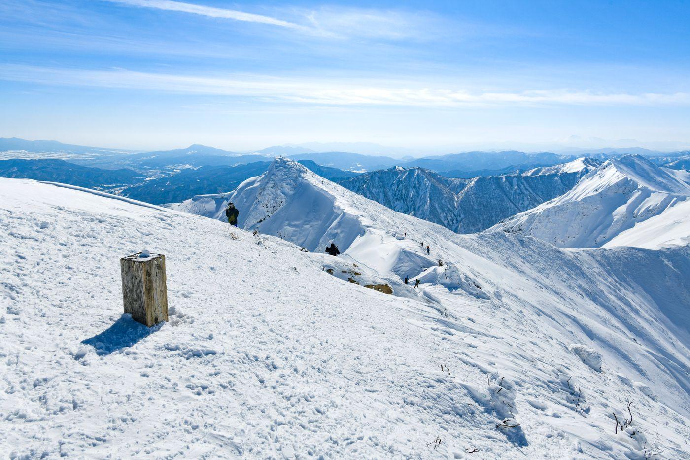 埋まった山頂碑から見るトマの耳方面(谷川岳)の写真