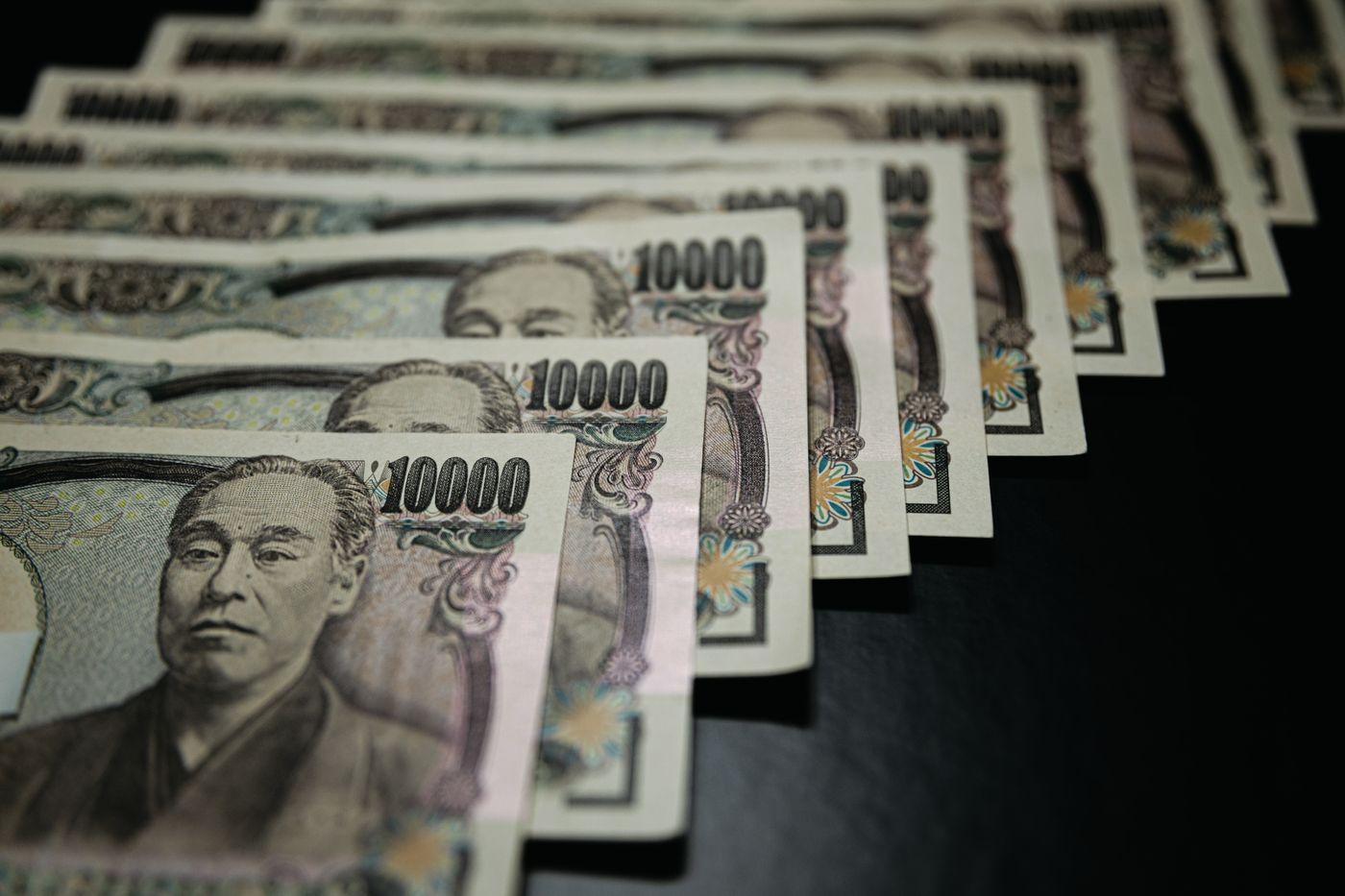 並べられた壱万円の紙幣の写真