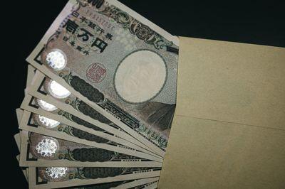 封筒に数枚の壱万円札がの写真