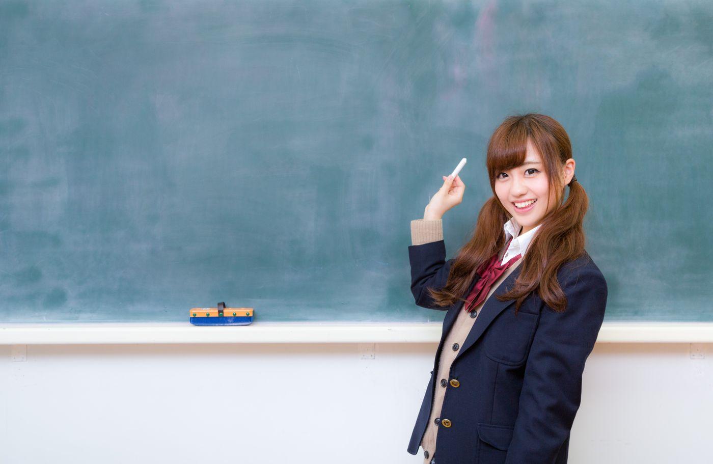 黒板とJK(女子高生)の写真