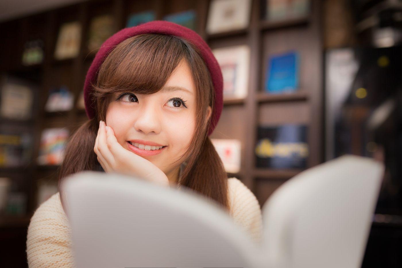 マンガを読みながら続きを妄想する美少女の写真