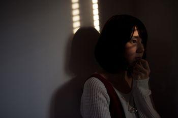 夕暮れ時に犯行現場を目撃してしまう女性の写真