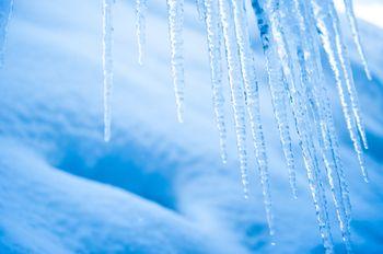 積雪と氷柱の写真