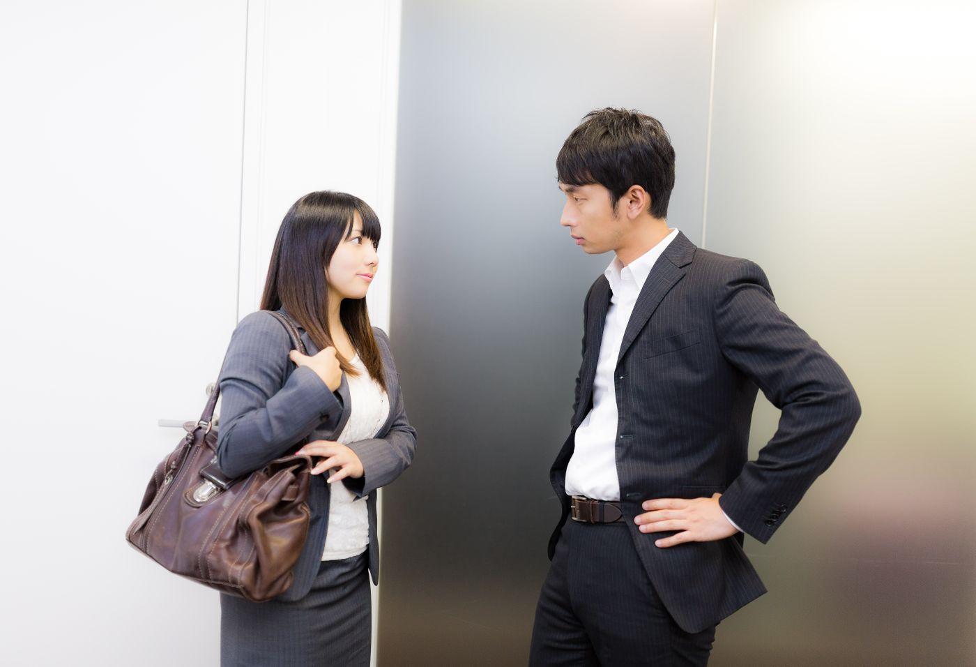 営業帰り上司に結果を報告する女性社員の写真