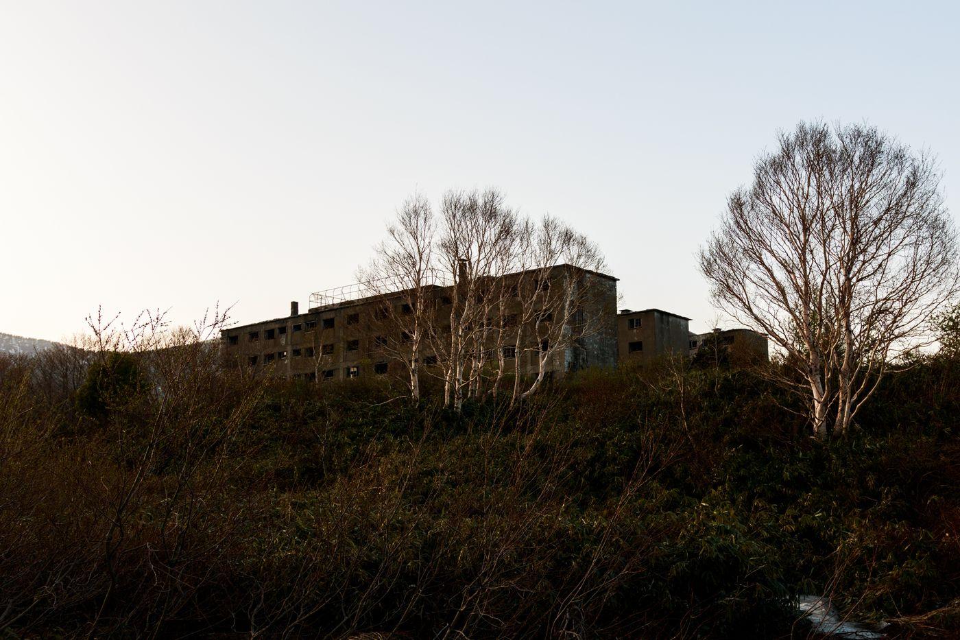 夕暮れ時の松尾鉱山廃墟の写真