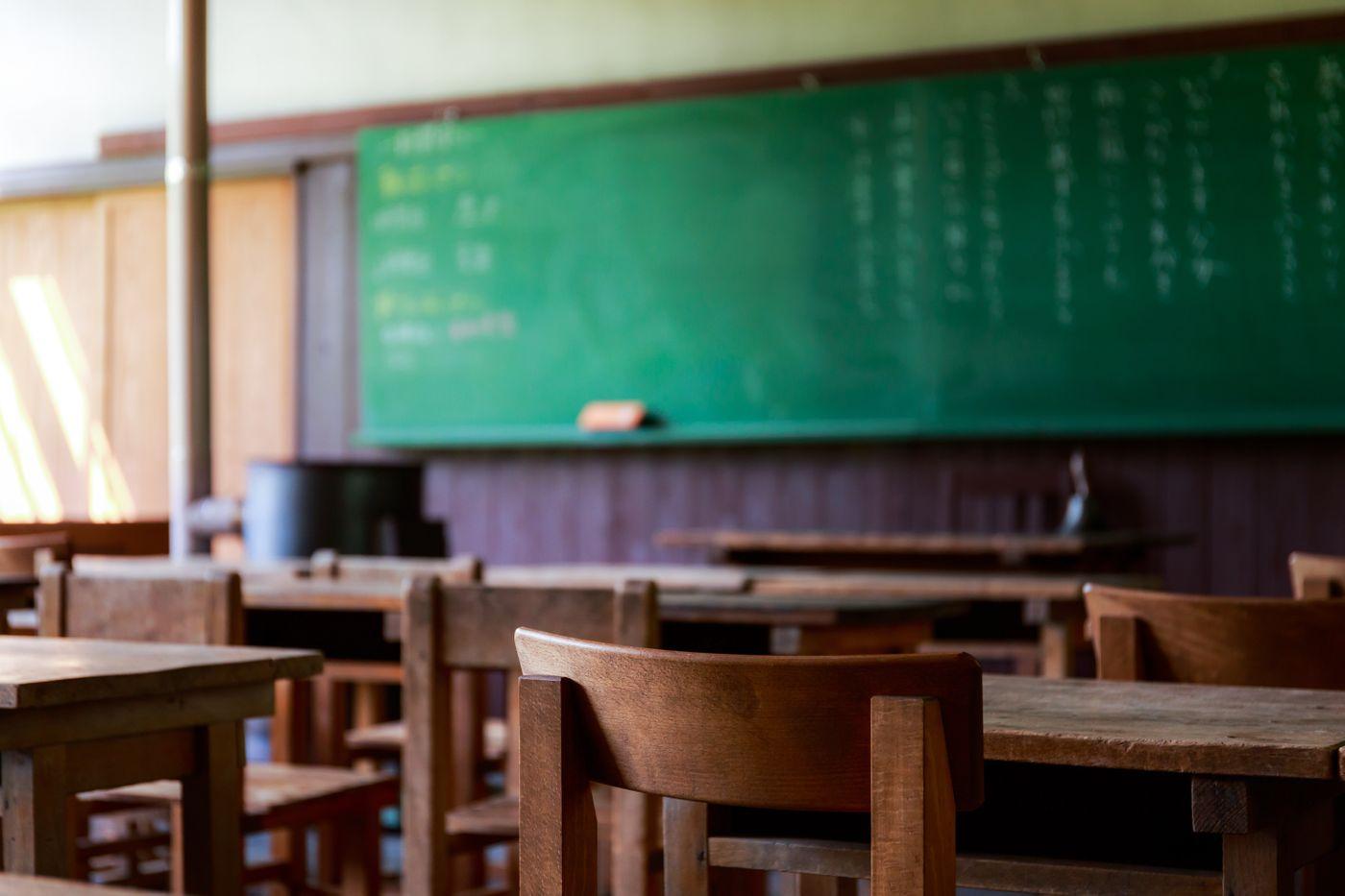 木造の教室と黒板の写真