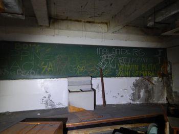 落書きされた廃校の黒板(台湾学習塾跡)の写真
