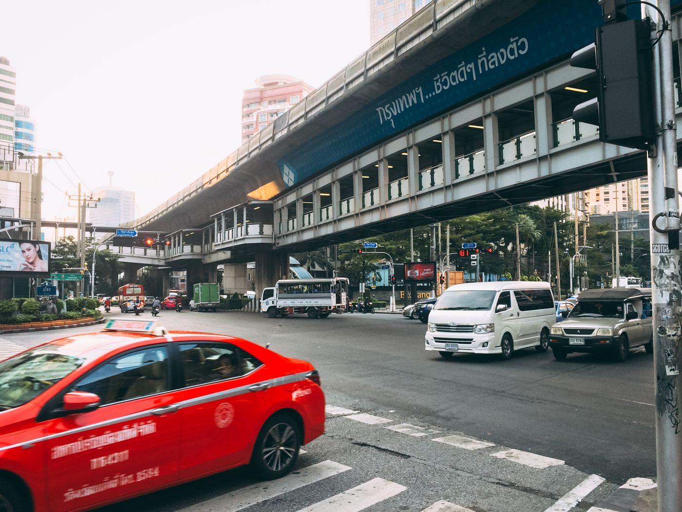 車が行き交うバンコクの交差点(タイ)の写真