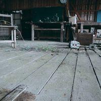 荒れ果てた廃教室の写真