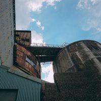 錆びついた渡り通路の工場タンクの写真