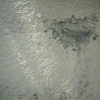 壁の一部が剥がれた様子の写真