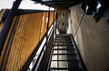 不気味なアパートの階段の写真