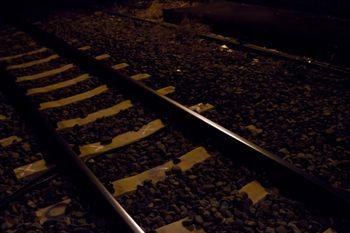 月明かりの線路の写真