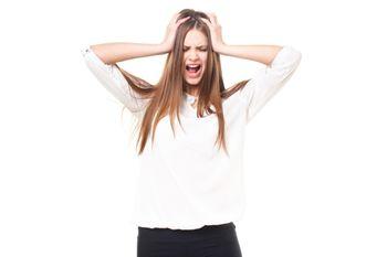 頭を抱えて叫ぶ女性(ロシア人)の写真