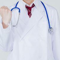 頑張って生きましょう!と応援する医師の写真