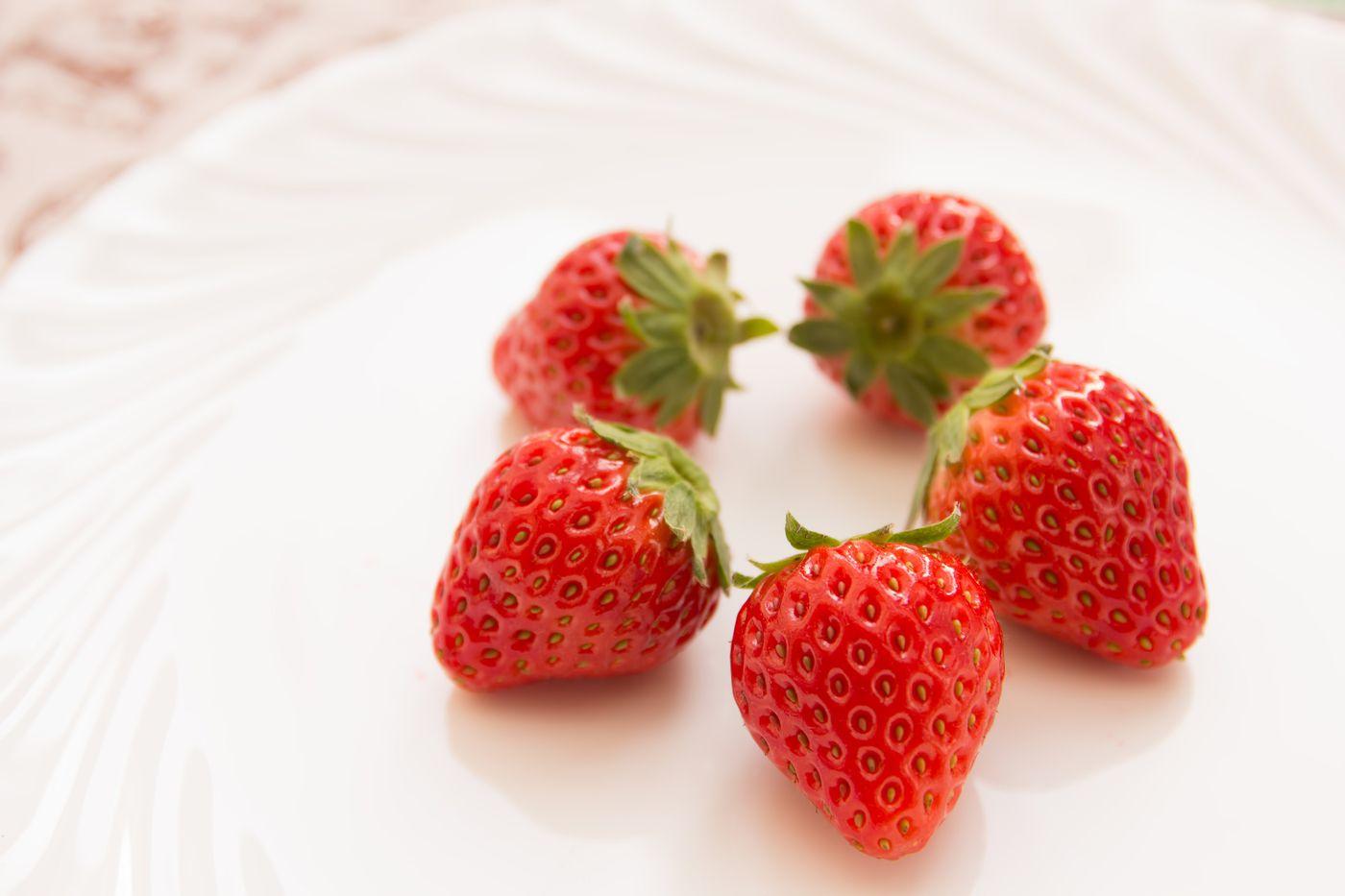 お皿に盛られた苺の写真
