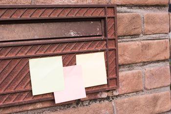 郵便受けに貼られたメモの写真