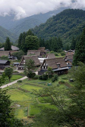 山間にひっそり佇む相倉集落の写真
