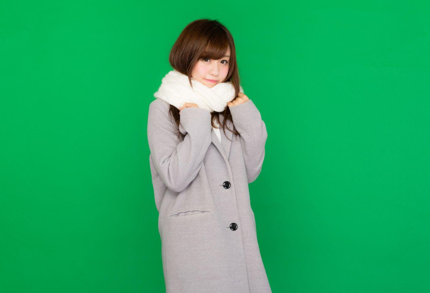 マフラーを巻いたコート女子(グリーンバック)の写真