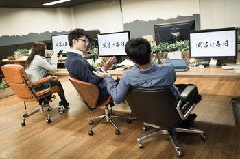社員全員のデスクトップ画像を社訓の画像に強制変更の写真