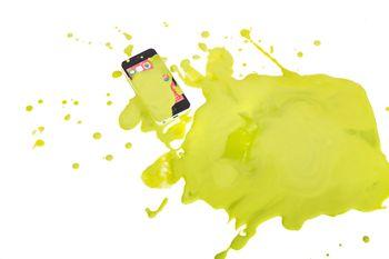 スマホに緑の液体かけられた!の写真