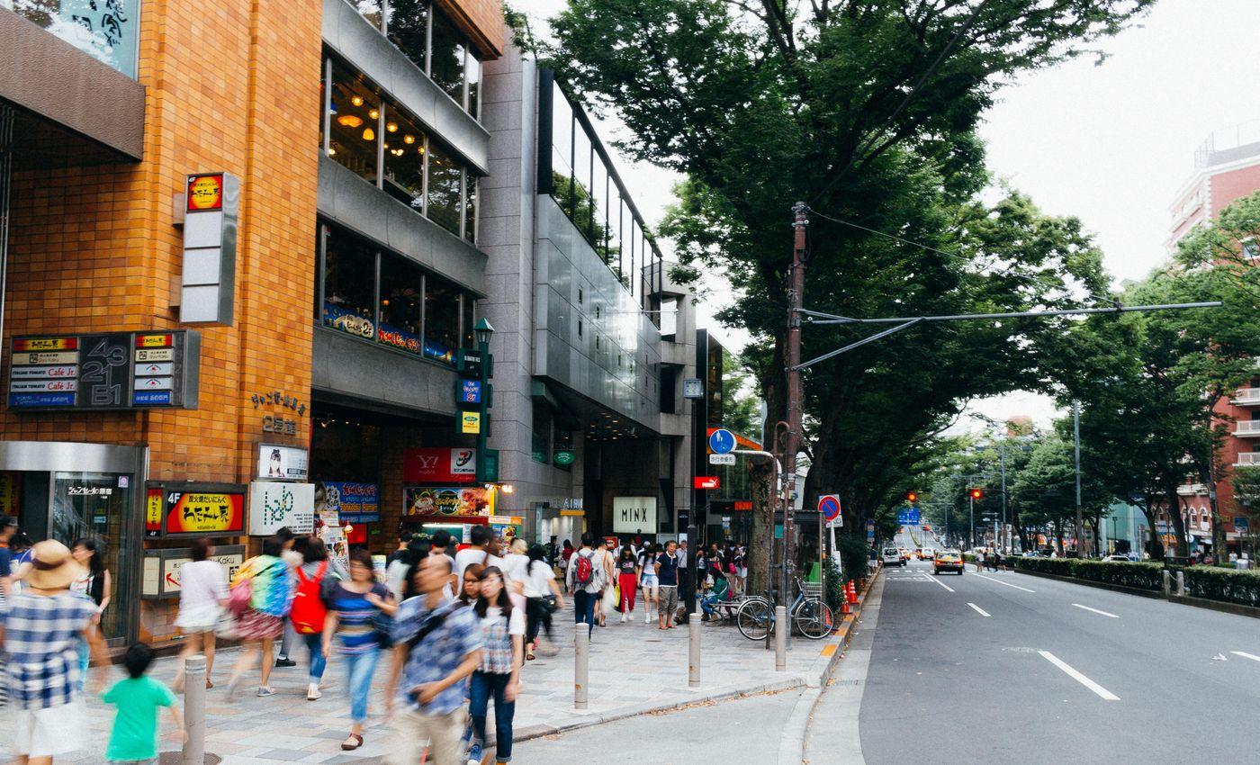 人通りの多いストリートの写真