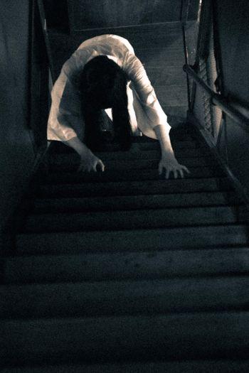階段を這う女の写真