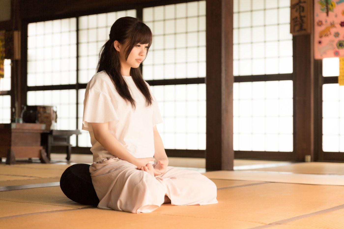 お寺で座禅を組む若い女性(伊万里市本光寺)の写真