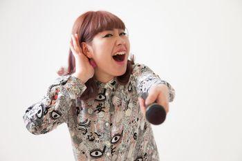 客を煽る女性ボーカルの写真