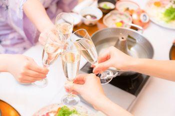 旅行先でシャンパンで乾杯の写真