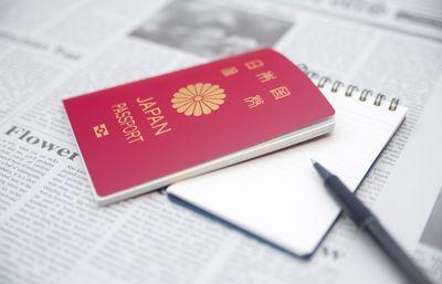 パスポートとメモ帳の写真