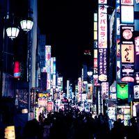 人であふれる歌舞伎町の街の写真