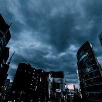 曇り空と新宿のビル群(夕暮れ)の写真