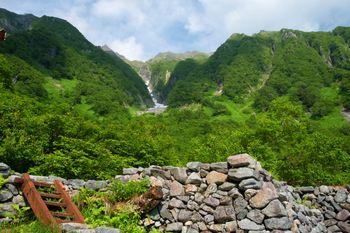 岳沢山荘から見上げる新緑の吊尾根(上高地)の写真