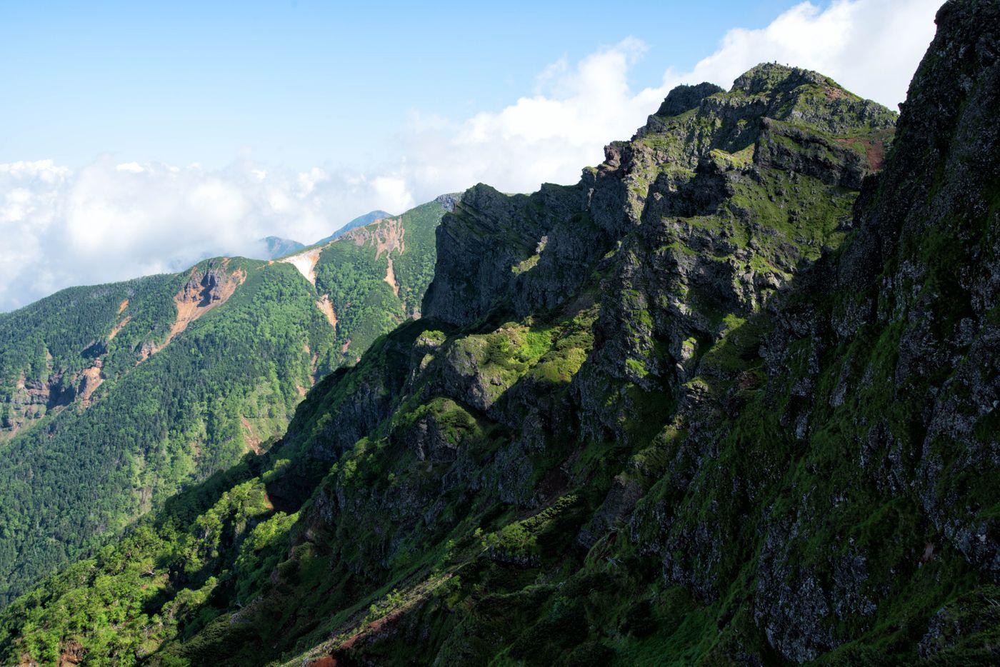 横岳の岩場絶壁(八ヶ岳)の写真