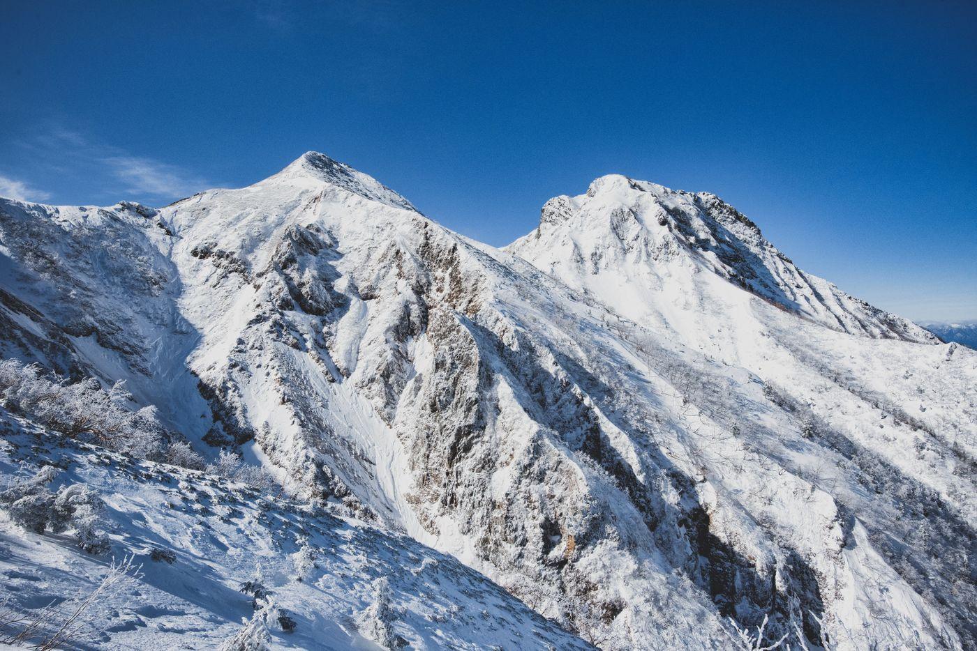 冬の中岳と阿弥陀岳の写真