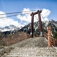 横尾大橋越しの明神岳の写真
