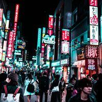 夜の渋谷センター街の人混みの写真