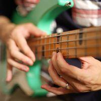 ベーシストのライトハンド奏法(タッピング)の写真