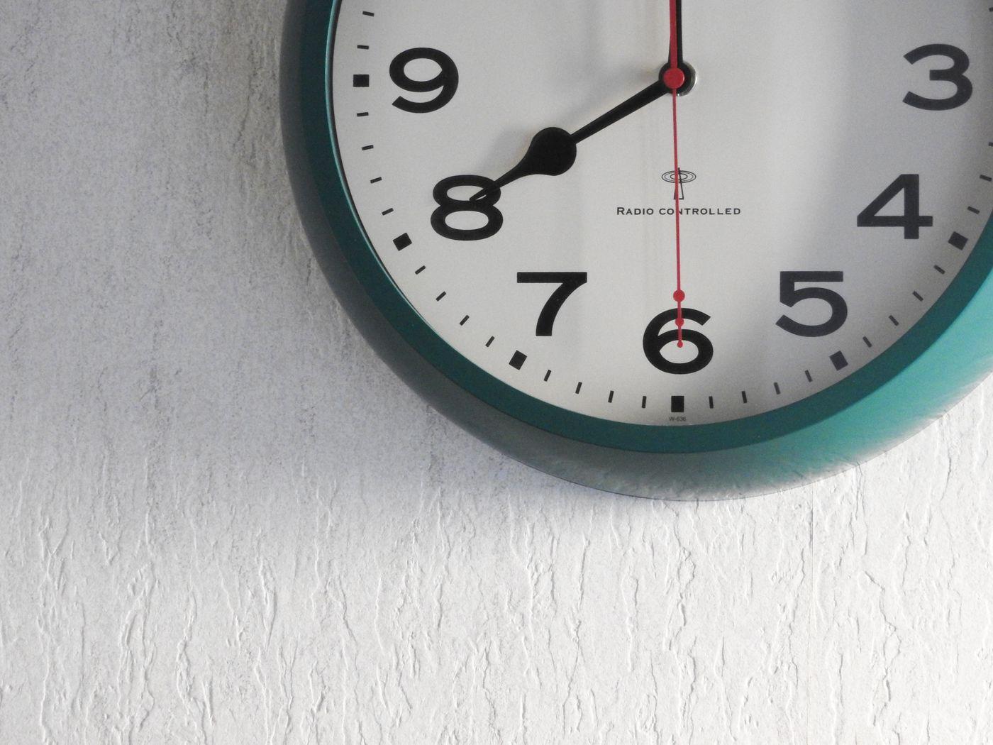 電波時計(8時をお知らせ)の写真